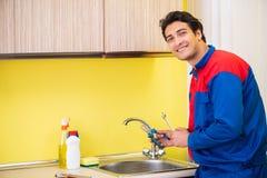 Υδραυλικός που επισκευάζει τη βρύση στην κουζίνα Στοκ Εικόνα