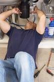 Υδραυλικός που εργάζεται στην καταβόθρα στοκ φωτογραφία
