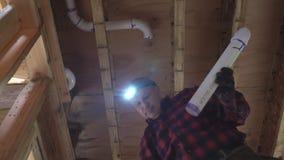 Υδραυλικός που καθορίζει τον κολλημένο πλαστικό άσπρο σωλήνα τουαλετών στον πυροβολισμό κινηματογραφήσεων σε πρώτο πλάνο απόθεμα βίντεο