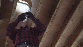 Υδραυλικός που καθορίζει τον κολλημένο πλαστικό άσπρο σωλήνα τουαλετών στον πυροβολισμό κινηματογραφήσεων σε πρώτο πλάνο φιλμ μικρού μήκους