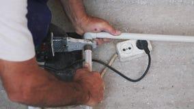 Υδραυλικός που συγκολλά τον μέταλλο-πλαστικό σωλήνα με τα χέρια Συγκολλώντας σίδηρος και σωλήνες Έννοια κατασκευής φιλμ μικρού μήκους