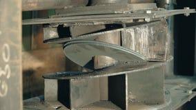 Υδραυλικός Τύπος στην κατασκευή συνδετήρας Υδραυλική διαδικασία Τύπου Δημιουργήστε τα κυρτά διαμορφωμένα μέρη με έναν υδραυλικό Τ απόθεμα βίντεο