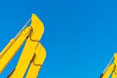 Υδραυλικό έμβολο κινηματογραφήσεων σε πρώτο πλάνο κίτρινο backhoe ενάντια στο μπλε ουρανό Βαριά μηχανή για την ανασκαφή στο εργοτ στοκ εικόνες