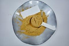 Υδροδιαλυτή λεπτή σκόνη ζωηρόχρωμο φυσικό στον οργανικό κύπελλων στοκ εικόνα