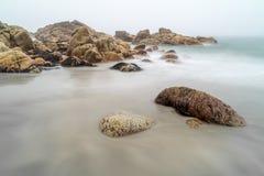 Υδρονέφωση γύρω από τους βράχους, Porth Nanven, Κορνουάλλη στοκ εικόνα με δικαίωμα ελεύθερης χρήσης