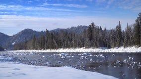 Υδρονέφωση επάνω από το χιονώδη ποταμό βουνών απόθεμα βίντεο