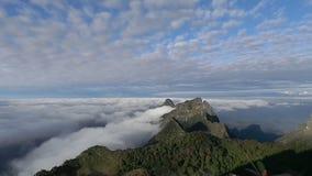 Υδρονέφωση και ομίχλη πρωινού που κινούνται αργά από το σημείο άποψης στο χρόνο ανατολής στο dao Doi Luang Chaing, υψηλό βουνό σε απόθεμα βίντεο
