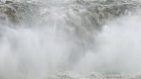 Υδρονέφωση που αυξάνεται από τα ορμητικά σημεία ποταμού whitewater στην Ισλανδία φιλμ μικρού μήκους