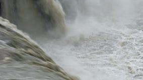 Υδρονέφωση που αυξάνεται από τα ορμητικά σημεία ποταμού whitewater φιλμ μικρού μήκους