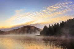Υδρονέφωση πρωινού από τη λίμνη Στοκ Φωτογραφία