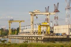 Υδρο φράγμα εγκαταστάσεων ηλεκτρικής δύναμης στον ποταμό Δούναβη στοκ εικόνα