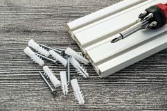 Υλικά που απαιτούνται για την εγκατάσταση των δοντιών κουρτινών, των βιδών γόμφων και των κατσαβιδιών, υλικά που απαιτούνται για  Στοκ Φωτογραφίες