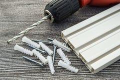 Υλικά που απαιτούνται για την εγκατάσταση των δοντιών κουρτινών, των βιδών γόμφων και των κατσαβιδιών, υλικά που απαιτούνται για  Στοκ Εικόνες