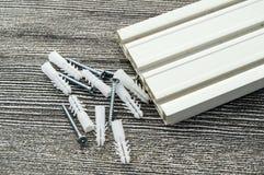 Υλικά που απαιτούνται για την εγκατάσταση των δοντιών κουρτινών, των βιδών γόμφων και των κατσαβιδιών, υλικά που απαιτούνται για  Στοκ εικόνα με δικαίωμα ελεύθερης χρήσης
