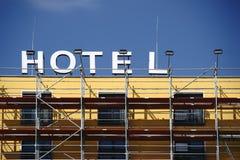 Υλικά σκαλωσιάς μπροστά από την πρόσοψη ξενοδοχείων Στοκ Εικόνες