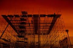 Υλικά σκαλωσιάς, οικοδόμηση κτηρίου στο ηλιοβασίλεμα Στοκ εικόνα με δικαίωμα ελεύθερης χρήσης
