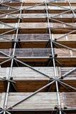 Υλικά σκαλωσιάς, προστασία πτώσης και ξύλινη κατασκευή Στοκ εικόνα με δικαίωμα ελεύθερης χρήσης