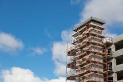 Υλικά σκαλωσιάς σε ένα συγκεκριμένο εργοτάξιο οικοδομής κάτω από την κατασκευή στοκ εικόνα με δικαίωμα ελεύθερης χρήσης