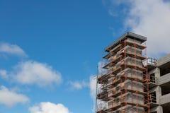 Υλικά σκαλωσιάς σε ένα συγκεκριμένο εργοτάξιο οικοδομής κάτω από την κατασκευή στοκ φωτογραφίες με δικαίωμα ελεύθερης χρήσης