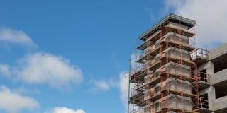 Υλικά σκαλωσιάς σε ένα συγκεκριμένο εργοτάξιο οικοδομής κάτω από την κατασκευή στοκ φωτογραφία με δικαίωμα ελεύθερης χρήσης