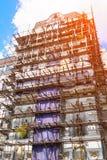 Υλικά σκαλωσιάς στην πρόσοψη του όμορφου κτηρίου Στοκ φωτογραφία με δικαίωμα ελεύθερης χρήσης