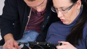 Υλικό ρολογιών σκηνοθετών γυναικών κινηματογραφήσεων σε πρώτο πλάνο στη συσκευή απόθεμα βίντεο
