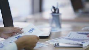 Υπάλληλοι γραφείων που προετοιμάζουν τη στατιστική έκθεση μαζί, που ελέγχει τα διαγράμματα απόθεμα βίντεο