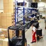Υπάλληλοι καταστημάτων επισκευής αυτοκινήτων στην αποθήκη εμπορευμάτων για τα ανταλλακτικά για το ρ Στοκ φωτογραφία με δικαίωμα ελεύθερης χρήσης