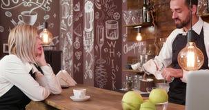 Υπάλληλοι μιας μικρής καφετερίας που κοινωνικοποιεί μετά από την εργασία απόθεμα βίντεο