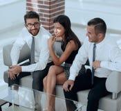 Υπάλληλοι που κάθονται στο λόμπι του γραφείου Στοκ Εικόνες