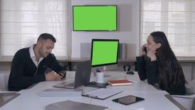 Υπάλληλοι στις εργασίες νεοσύστατης εταιρείας απόθεμα βίντεο