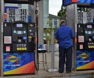 Υπάλληλος βενζινάδικων που εργάζεται στην αντλώντας επιχείρηση καταστημάτων αερίου στοκ εικόνα με δικαίωμα ελεύθερης χρήσης