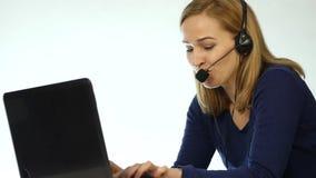Υπάλληλος που εργάζεται σε ένα τηλεφωνικό κέντρο Γυναίκα τηλεαγοράς κασκών που μιλά στη γραμμή βοήθειας κίνηση αργή φιλμ μικρού μήκους