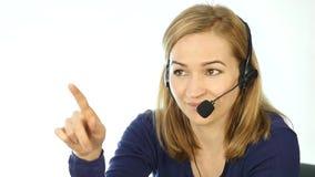 Υπάλληλος που εργάζεται σε ένα τηλεφωνικό κέντρο Γυναίκα τηλεαγοράς κασκών που μιλά στη γραμμή βοήθειας κίνηση αργή απόθεμα βίντεο