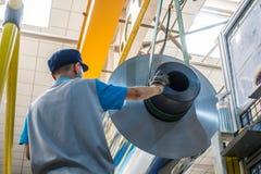 Υπάλληλος που εργάζεται στο εργοστάσιο βιομηχανικό Settin εξοπλισμού εκτύπωσης απεικόνιση αποθεμάτων