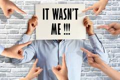 Υπάλληλος που κάνει ένα λάθος στην έννοια εργασίας με την υπόδειξη των δάχτυλων ενάντια σε το στοκ φωτογραφία με δικαίωμα ελεύθερης χρήσης