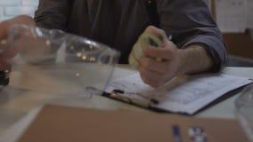 Υπάλληλος του stealing πακέτου αστυνομικών τμημάτων των χρημάτων από την τσάντα σωματικής ένδειξης φιλμ μικρού μήκους