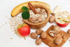 Υπάρχει μπανάνα, Apple, ξύλα καρυδιάς στο ξύλινο πιάτο Στοκ Εικόνες