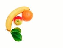 Υπάρχει μπανάνα, Apple, πορτοκάλι με τα πράσινα φύλλα, υγιής φρέσκια οργανική τροφή στο άσπρο υπόβαθρο Στοκ Εικόνες