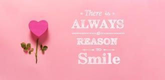 Υπάρχει πάντα ένας λόγος να χαμογελάσει με το λουλούδι καρδιών στοκ εικόνα με δικαίωμα ελεύθερης χρήσης