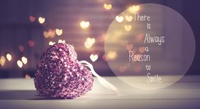 Υπάρχει πάντα ένας λόγος να χαμογελαστεί το μήνυμα με μια ρόδινη καρδιά στοκ φωτογραφίες