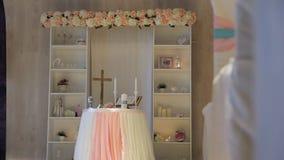 Υπάρχει όμορφος γαμήλιος βωμός που διακοσμείται στον εορτασμό απόθεμα βίντεο