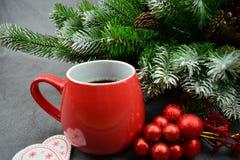 Υπάρχουν επίσης δύο ξύλινα ακούνε με τη διακόσμηση Χριστουγέννων κοντά στο φλυτζάνι Στοκ εικόνες με δικαίωμα ελεύθερης χρήσης