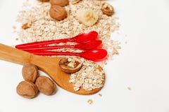 Υπάρχουν κομμάτια της μπανάνας, της Apple, των ξύλων καρυδιάς και των κυλημένων βρωμών, των ξύλινων και πλαστικών κουταλιών, με τ Στοκ Εικόνες