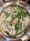 Υπάρχουν πολλά λαχανικά, μανιτάρι, γαρίδες, και το χοιρινό κρέας είναι βρασμένο, ηλεκτρικό δοχείο στοκ εικόνες