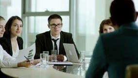 Υπάλληλοι που ακούνε προσεκτικά ο προϊστάμενός του απόθεμα βίντεο