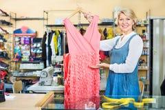 Υπάλληλος γυναικών στο ράψιμο του στούντιο με το φόρεμα Στοκ εικόνες με δικαίωμα ελεύθερης χρήσης
