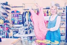 Υπάλληλος γυναικών στο ράψιμο του στούντιο με το φόρεμα Στοκ εικόνα με δικαίωμα ελεύθερης χρήσης