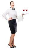 Υπάλληλος γυναικών του εστιατορίου με τα γυαλιά κρασιού σε έναν δίσκο Στοκ εικόνες με δικαίωμα ελεύθερης χρήσης
