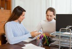 Υπάλληλος που παίρνει συνέντευξη από τη νέα γυναίκα στοκ εικόνα με δικαίωμα ελεύθερης χρήσης